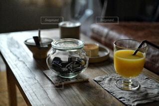 食べ物,カフェ,コーヒー,屋内,ジュース,ガラス,テーブル,リラックス,食器,レモン,グラス,ビール,カップ,カクテル,おうちカフェ,ドリンク,木目,おうち,アルコール,ライフスタイル,シャンパングラス,ワイングラス,アルコール飲料,ソフトド リンク,おうち時間,ハイボールグラス