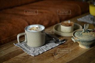 カフェ,コーヒー,屋内,テーブル,リラックス,マグカップ,食器,カップ,紅茶,おうちカフェ,ドリンク,木目,おうち,ライフスタイル,食器類,コーヒー カップ,おうち時間,受け皿