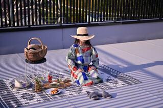 変なポーズを楽しむ娘とピクニック日和の写真・画像素材[4350177]