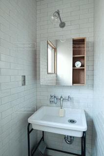 サニタリールームの洗面台の写真・画像素材[4354541]