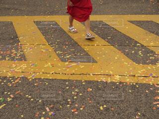 紙吹雪と赤いワンピースの女の子の写真・画像素材[4378299]