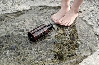 屋外,足,水,素足,水辺,岩,人物,人,ボトル,地面,バイワンシー,ヘアケアブースター,バイワンシーでありのままに,byonesii