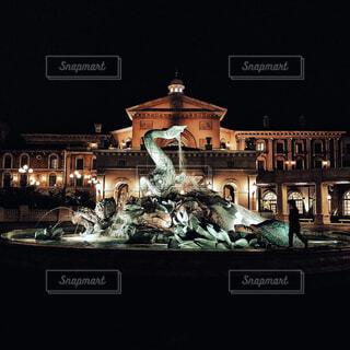夜のホテルと噴水と歩く人の写真・画像素材[4419102]