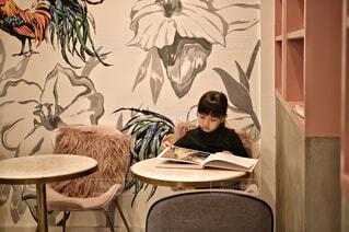 休日のカフェでリラックスの写真・画像素材[4434471]