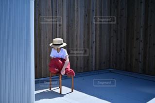 椅子に座る少女の写真・画像素材[4445998]