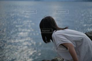 水辺を覗く女の子の写真・画像素材[4599435]