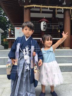 建物の前に立っている女の子の写真・画像素材[857307]
