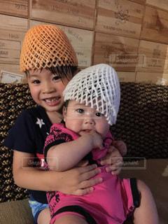 女の子の赤ん坊を保持の写真・画像素材[916516]