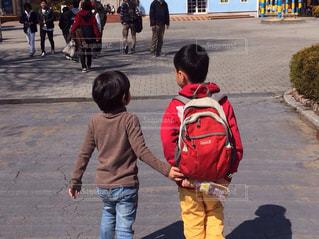 子ども,屋外,後ろ姿,男子,子供,手繋ぎ,仲良し,遊園地,人物,背中,幼児,休日,テーマパーク,男の子,同級生