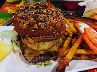 ハンバーガー,アメリカ,パイナップル,ハワイ,ワイキキ,オアフ島,フライドポテト,ハワイアン,フレンチフライ,ハワイアンバーガー,cheeseburger waikiki,パイナップルバーガー