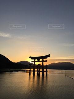 水の体に沈む夕日の写真・画像素材[799704]