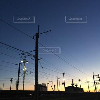 帰り道、駅ごしの夕陽の写真・画像素材[956744]