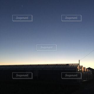 帰り道、ビニールハウスに映える夕陽 - No.956753