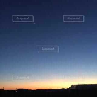 帰り道に広がる夕陽の写真・画像素材[956757]