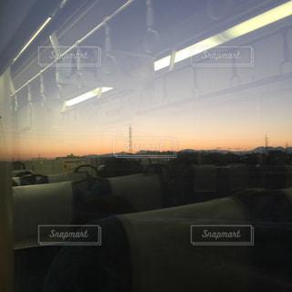 帰り道、車窓から見る夕陽の写真・画像素材[956759]