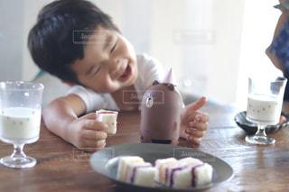 一杯のコーヒーをテーブルに着席した人の写真・画像素材[1356702]