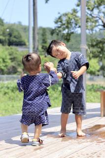 通りに立っている小さな男の子の写真・画像素材[1362712]