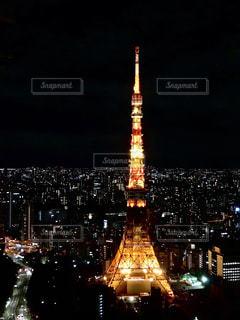 時計塔を背景に東京タワーの夜のライトアップの写真・画像素材[1687945]