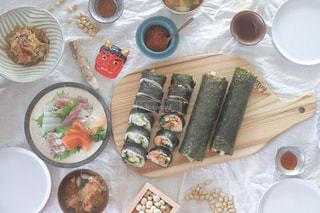 テーブルの上に食べ物の写真・画像素材[1772321]