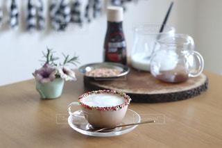 木製のテーブルの上にコーヒーの写真・画像素材[3281132]