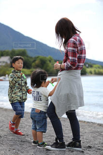砂の中に立っている小さな男の子 - No.740654
