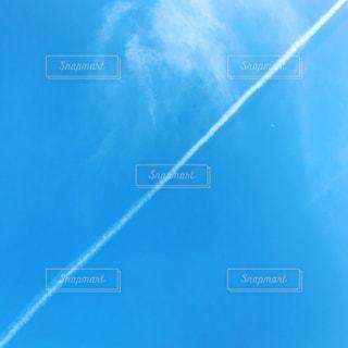 飛行機雲を斜めからの写真・画像素材[1248284]