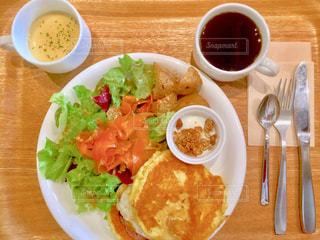 食品とコーヒーのカップのプレートの写真・画像素材[1149108]