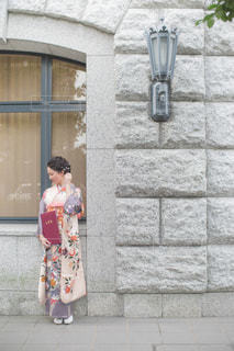 キャンパス内での着物での卒業写真の写真・画像素材[1100909]