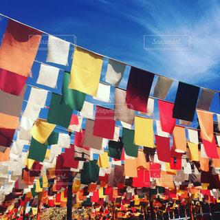 横浜の赤レンガでアフリカンイベントをやっていた時の写真です。天井がなく、カラフルな色の旗🚩?がたくさんあって綺麗でした(゚∀゚)の写真・画像素材[716904]