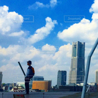 街を飛んでいる人の写真・画像素材[1036299]