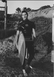 サーフボードを運ぶ男 - No.728864