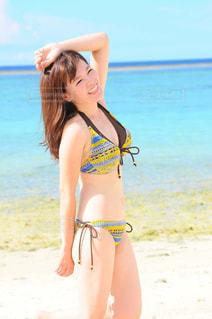 ビーチに立っている女性 - No.728904