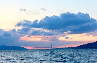 夕日に沈みゆく明石海峡大橋の写真・画像素材[1042920]