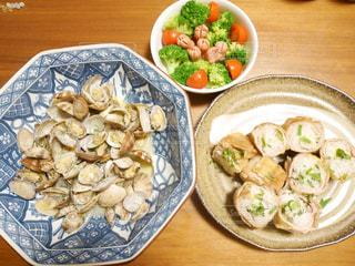 木製のテーブルの上に食べ物のプレートの写真・画像素材[775085]