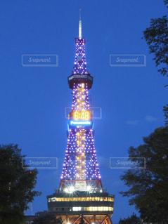 クロック タワーは夜ライトアップの写真・画像素材[890888]