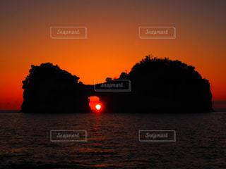 水の体の上の夕日の写真・画像素材[2275220]