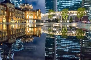 水たまりに写る東京駅駅舎の写真・画像素材[2264740]