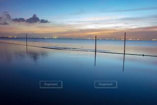 江川海岸の海に建つ電柱の写真・画像素材[2374466]
