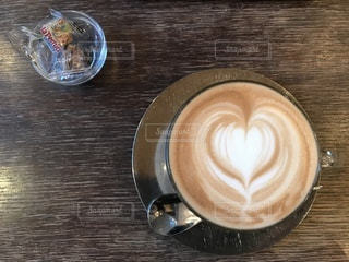 テーブルの上のコーヒー カップの写真・画像素材[1061468]