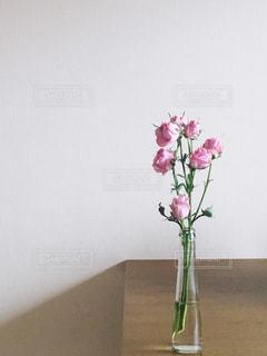 テーブルの上のピンクの花で一杯の花瓶の写真・画像素材[956711]