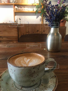 テーブルの上でコーヒーを一杯飲むの写真・画像素材[2258587]