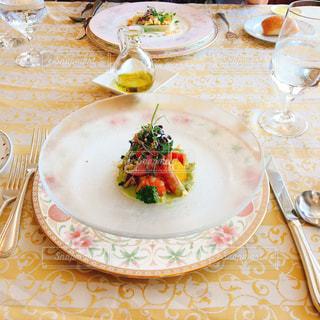食品とテーブルの上にワインのグラスのプレートの写真・画像素材[738639]