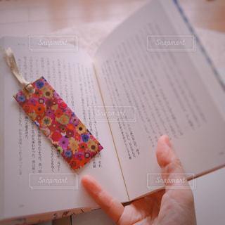 本を持っている手の写真・画像素材[743846]