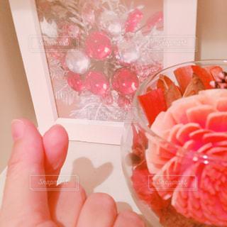 ピンクのボウルを持っている手の写真・画像素材[746378]