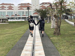 歩道を歩いている人の写真・画像素材[993018]