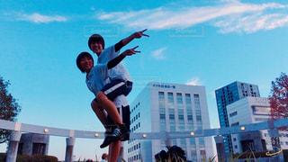 スケート ボードに乗っている間は空気を通って飛んで男の写真・画像素材[993028]