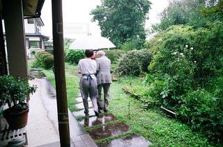 庭に立っている男の写真・画像素材[743590]
