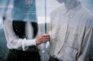 雨の中で立っているカップルの写真・画像素材[815111]