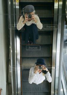 エスカレーターに乗る二人の写真・画像素材[992260]