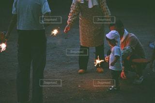 花火をする家族の写真・画像素材[1314672]